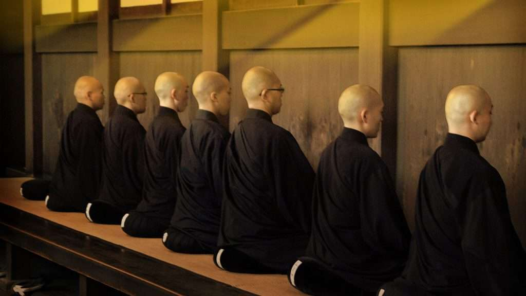 Este Genjōkōan · Monjes practicando zazen en la plataforma de un sōdō (sala de meditación) japonés