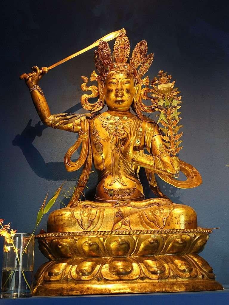 El auténtico mérito consiste en sentarse · El Bodhisattva Mañjuśrī (Templo Khalkhyn, Mongolia) en el Museo de Etnografía de Estocolmo (Foto de Sven Hedin)